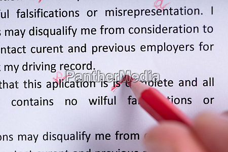 markierungsfehler beim rechtschreibpruefungstext mit rotem bleistift
