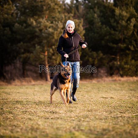 meister und ihr gehorsamer deutscher schaeferhund