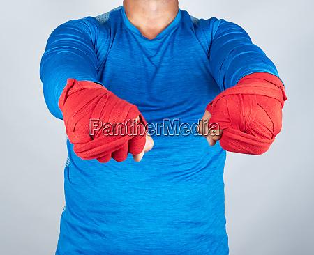 erwachsener sportler in blauen kleidern haende