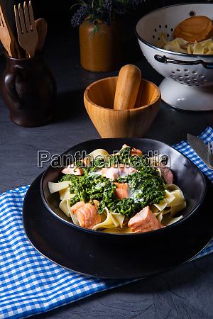 pappardelle pasta mit sahnefarbenem spinat und