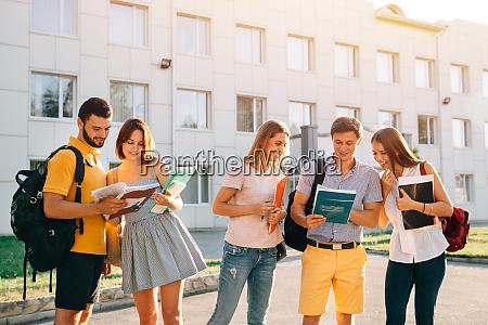 gruppe von froehlichen studenten teenager mit