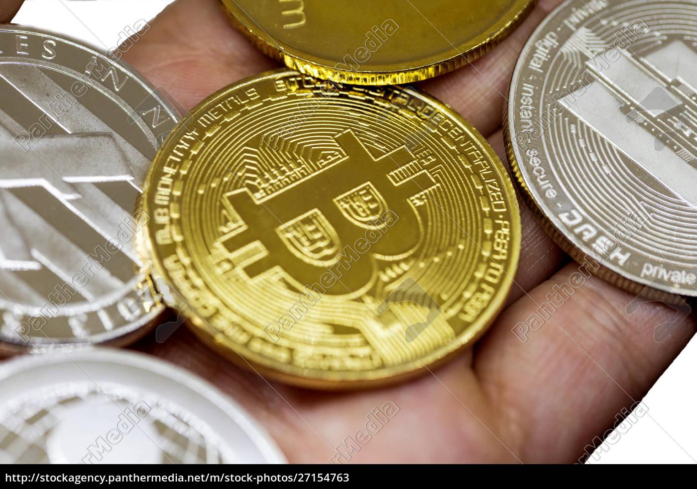 golden, erd, bitcoin, in, der, hand - 27154763