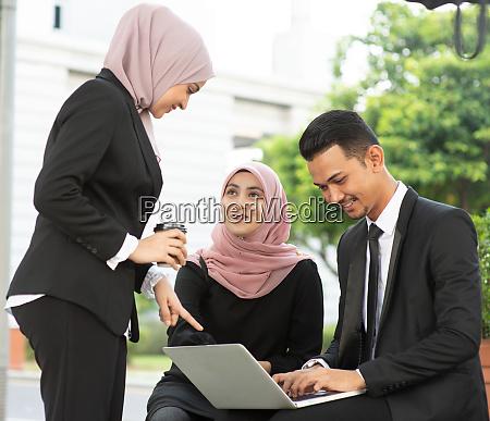 muslimische geschaeftsleute diskutieren