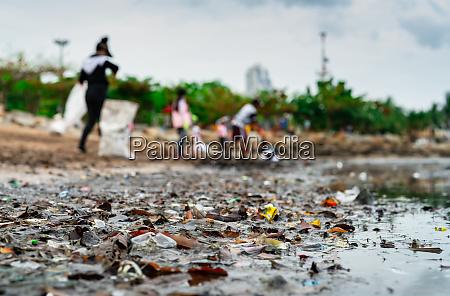 verschwommene freiwillige sammeln muell verschmutzung der