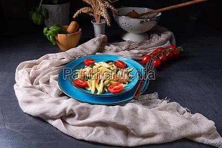 strozzapreti pasta mit spinat und garnelen