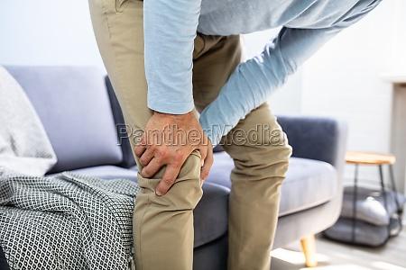 mann mit knieschmerzen