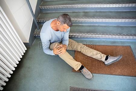 reife mann sitzt auf treppe