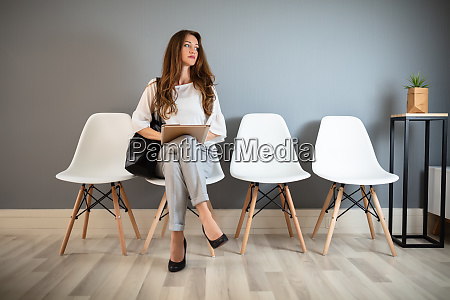 junge frau wartet auf job interview