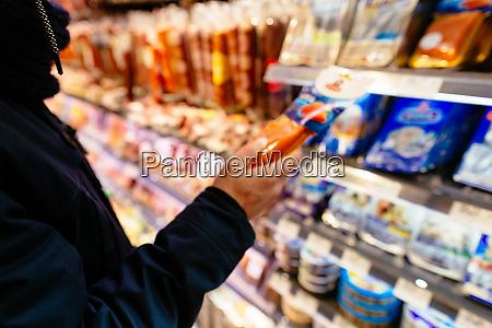 shopper supermarkt lebensmittel kuehlschrank mann suchen
