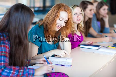 studenten im klassenzimmer junge huebsche
