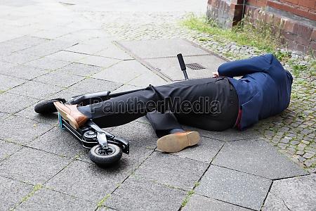 mann mit elektroroller nach unfall