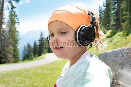 kleines maedchen hoert musik
