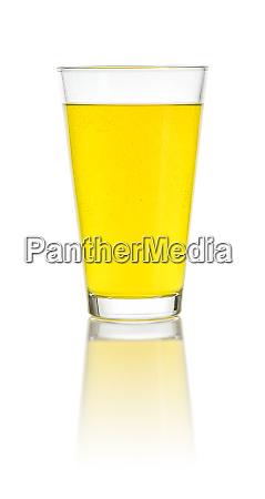 glas gefuellt mit einem orangen erfrischungsgetraenk