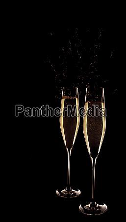 zwei glaeser champagner auf schwarzem hintergrund