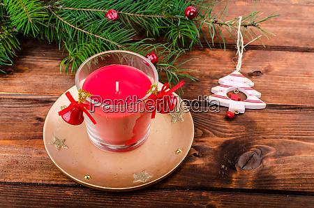 weihnachtskerze mit kiefernnadeln