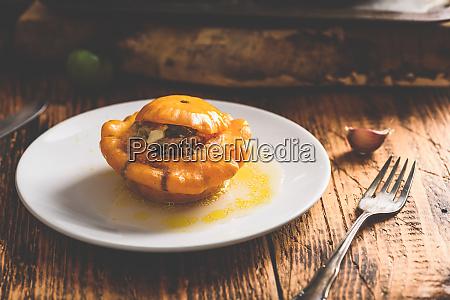 gelber pattypan kuerbis gefuellt mit hackfleisch