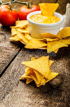 tortilla chips mit tomaten und kaese