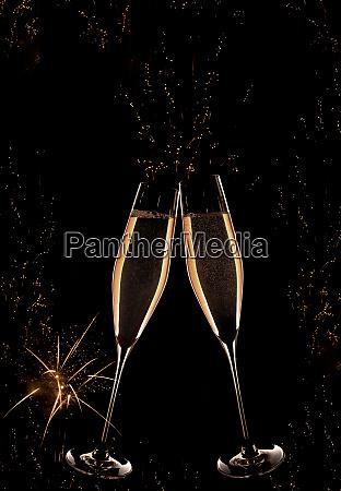 neujahrs champagner mit feuerwerk