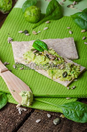 home avocado auf knaeckebrot mit samen