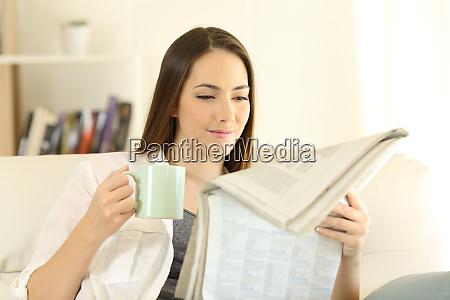 frau zu hause lesen eine zeitung