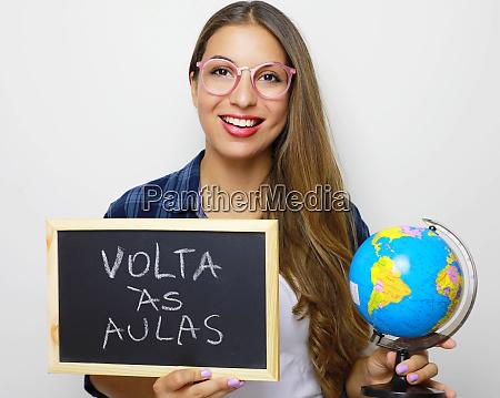 brasilianische junge studentin mit globus und