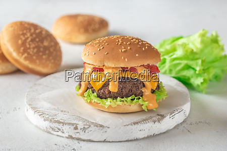 hamburger auf dem holzbrett