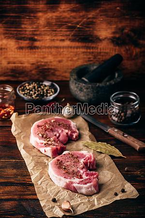 schweinelendesteaks mit gemahlenen gewuerzen