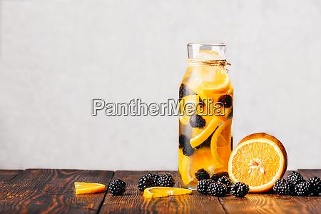 wasser mit orange und brombeere