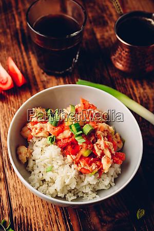 ruehrei mit tomaten frischem lauch und