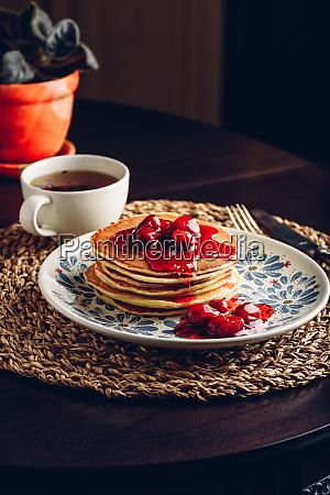 stapel pfannkuchen mit cornelian kirschmarmelade auf