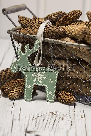 rustikale weihnachten stillleben mit tannenzapfen