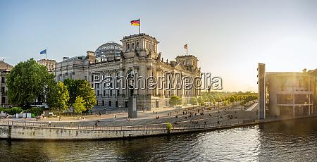 das beruehmte reichstagsgebaeude in berlin