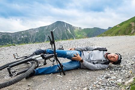 mann nach unfall auf mountainbike