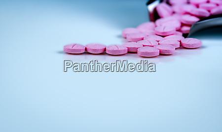 rosa tabletten pillen auf verschwommenen hintergrund