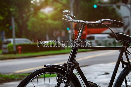 fahrrad in der naehe der strasse