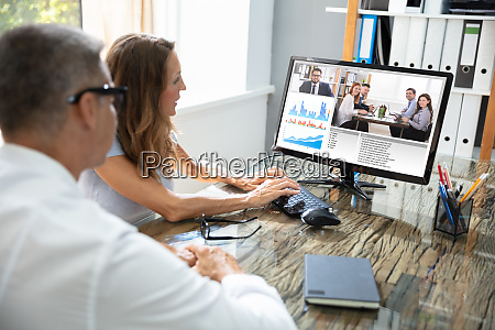 geschaeftsmann videokonferenz mit seinem kollegen