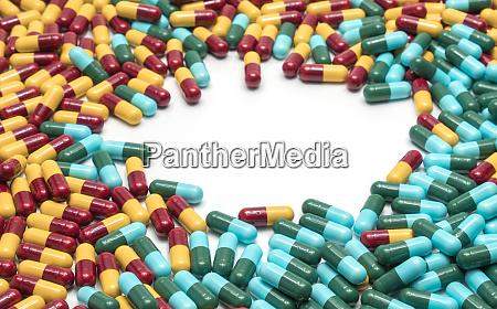 bunte antibiotika kapsel pillen auf weissem