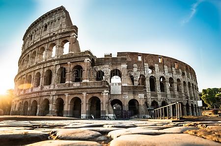 kolosseum bei sonnenaufgang in rom italien
