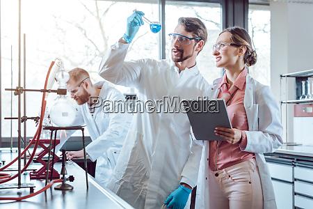 wissenschaft chemie universitaet forschung frau mann