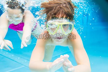junge schwimmen unter wasser
