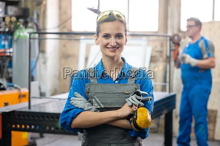 arbeiter in einer metallwerkstatt