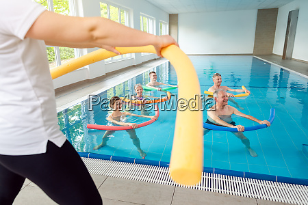 personen im aqua fitness kurs waehrend
