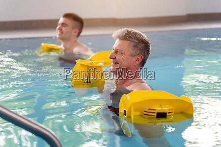 menschen im pool waehrend der wassergymnastik