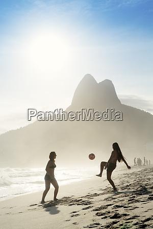 frauen spielen altinha fussball am strand