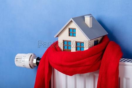 heizung kuehler mit modellhaus und gestrickten