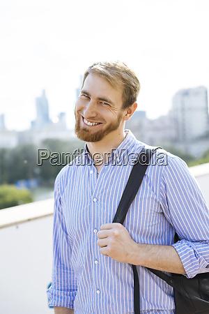 laechelnder mann mit gestreiftem hemd und