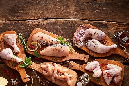 verschiedene schnitte und portionen von rohem