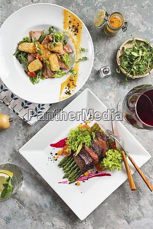 abendessen mit roastbeef und fleischsalat mit