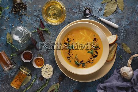 schuessel suppe mit weisswein