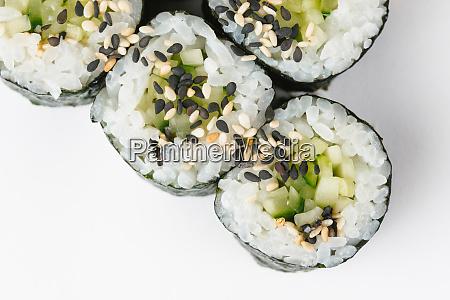 sushi mit gurken und sesamsamen
